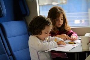 Со скольки лет ребенок может ездить в поезде один